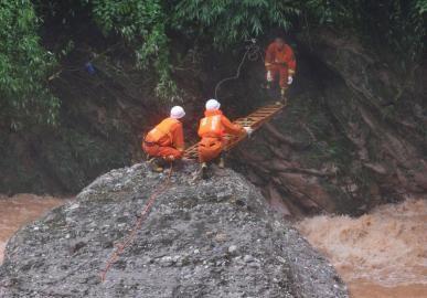 7月11日,消防官兵在都江堰市中兴镇三溪村山体滑坡发生现场进行艰难搜救。