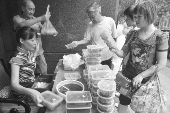 7月16日,成都市人民北路某酒店推出廉价外卖,颇受市民欢迎。
