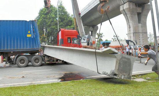 7月19日,都江堰市聚源镇一高速公路桥下,一货车将桥的箱梁挂下,导致该货车和一辆小车被砸。