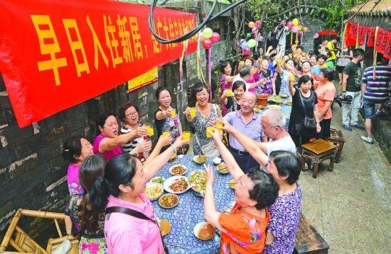 曹家巷一、二街坊上百居民参加坝坝宴,期盼早日搬新居。摄影记者 陶轲 (图据成都商报)