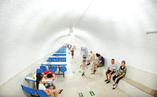 7月27日,成都人民公园防空洞里,市民在乘凉。杨涛摄