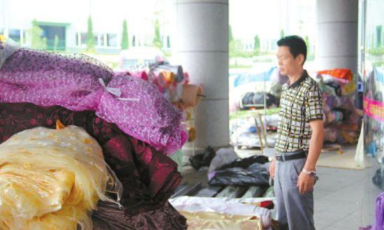 面对成堆的浸泡布匹,赵先生一脸愁闷。