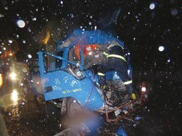 消防队员现场拆车救人。