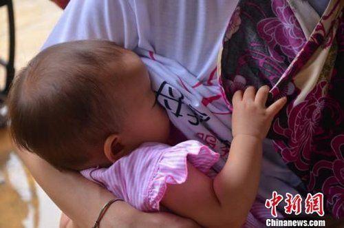 """以""""母乳快闪""""为主题的公益活动3日首次在广州举行,母乳妈妈们以集体哺乳的行为艺术倡议母乳喂养。刘烨摄"""