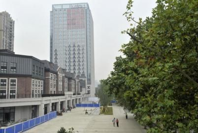 8月6日,成都市府青路二段,成华区幸福里商业步行街部分街面已经修建完成。