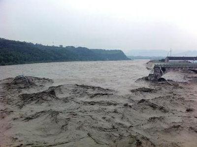 7月9日,四川省江油市青莲镇盘江大桥(青莲老桥)被上游连续暴雨形成的特大洪峰冲垮 新华社资料照片