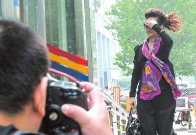 7月22日李某某轮奸案庭前会议,梦鸽挡脸小跑进法院