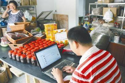 谭昌良夫妇开网店,大量时间都要用于客服工作。 记者 李龙俊 摄