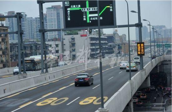 """昨天,成都二环路主道地面已抹掉了""""60""""的字样,而标上了""""80"""",上匝道口的标志也已更换为""""60""""。摄影 雷远东"""