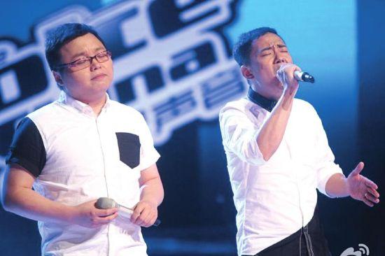 彭鹏(左)和搭档文智敏在演唱。图据网络