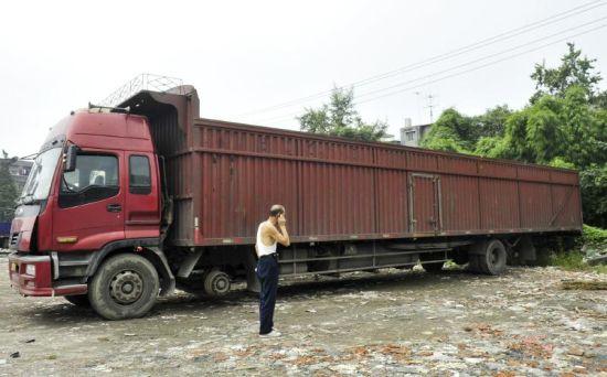 10日凌晨,成都交警二分局在金芙蓉大道天斑路口查获一辆长17米的违规货车。