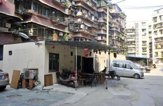 8月13日,成都市双庆路45号院,非机动车棚的一头被改为麻将馆。摄影吴小川