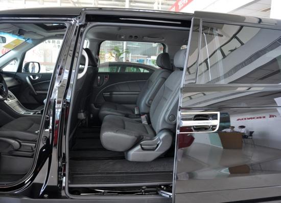 作为一款豪华MPV,东风本田艾力绅还全系标配了氙气前大灯、大灯自动清洗及水平调节、六安全气囊、VSA车辆稳定性辅助系统、HSA坡道辅助系统、可视化倒车系统、高分辨率彩色液晶(TFT)屏幕、智能钥匙、倒车影像等装备,行车安全系数较高。乘坐舒适性上,艾力绅和比亚迪新M6一样,为乘客准备了前排双温区空调和后排独立空调,另外还有前排座椅加热功能。不过艾力绅没有独立的大屏幕,其仪表盘与行车电脑采用了一体式设计,整体感很强。不过,行车电脑尺寸偏小,且仅能显示基本的油耗、巡航里程以及音响系统等内容。   动力上,