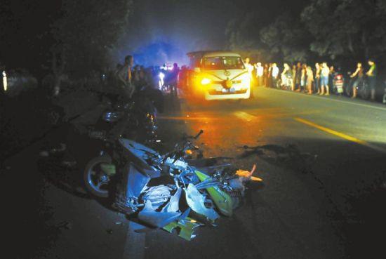 车祸现场,被轿车撞到的电瓶车严重变形。