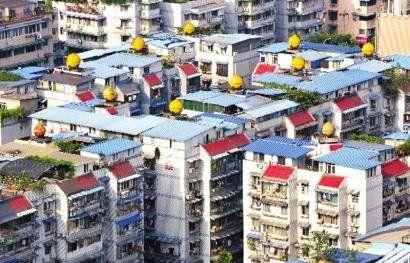 成都东怡街一小区,几乎每家楼顶都搭建有板房。