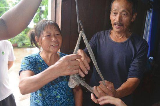 小燕就是用这样挑水绳上吊身亡的。