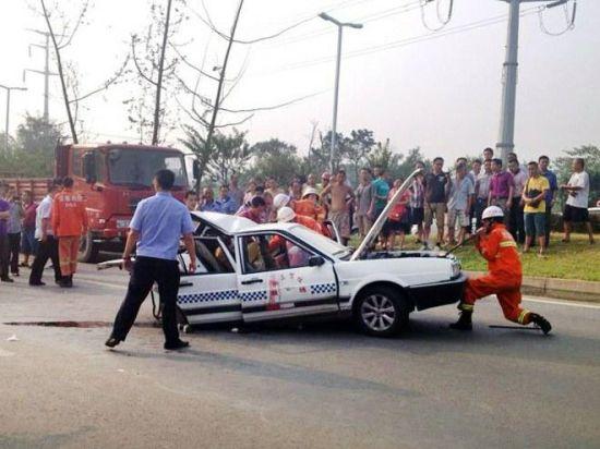 8月22日,双流牧华路与双黄路交界的十字路口附近发生一起车祸,一辆教练车被追尾,严重变形。