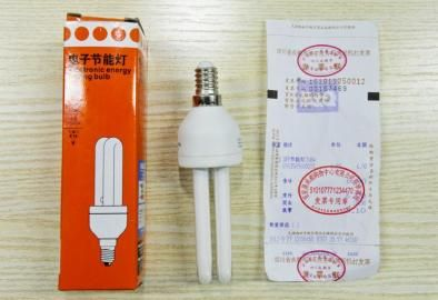 消费者质疑在百安居购买的节能灯泡有问题。