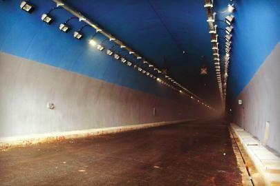 """涂装""""蓝天白云""""的龙贯山隧道。 张洵 摄"""