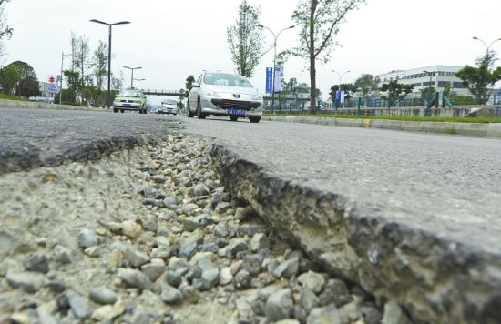 8月31日,破损的路面裂缝大约有10厘米深。