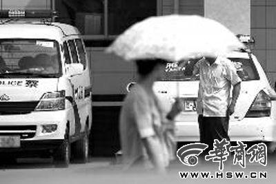 嫌疑人归案,艳子的父亲在派出所等待处理结果 本报记者 董国梁 摄