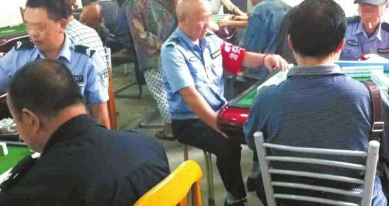 9月2日17时许,身穿制服的协警正在打牌