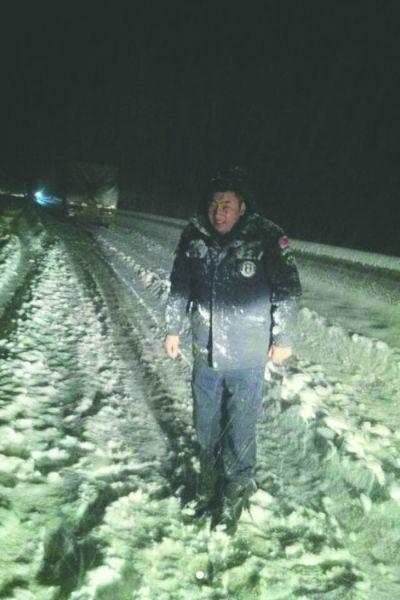 9月4日晚 康定县折多山上大雪,路人冷得受不了 丹真摄