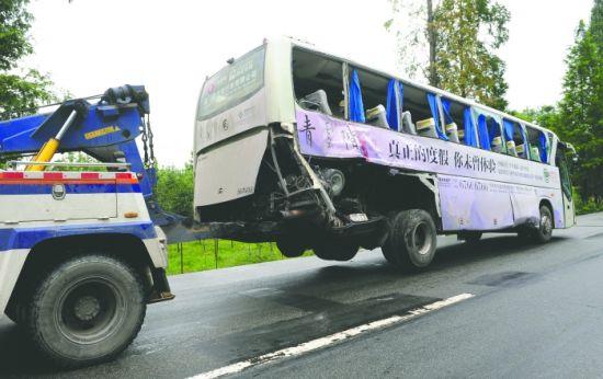 出事的大巴车被拖走,车尾已被撞烂