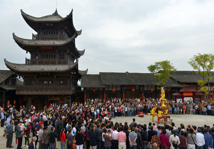 三国文化之旅,以阆中古城的汉桓侯祠和西山风景区为代表.