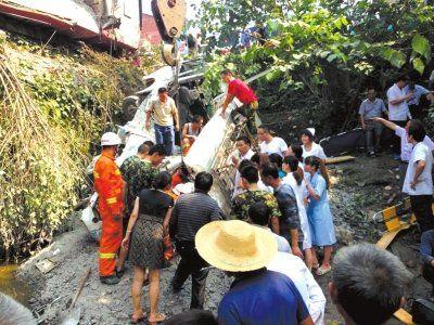 图为救援人员正在事故现场营救。中新社发