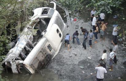 9月15日下午,达州渠县事故现场,救援人员完成救援后清理现场的沙石。