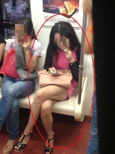 短裙美女在地铁车厢公然抽烟引关注图 竖