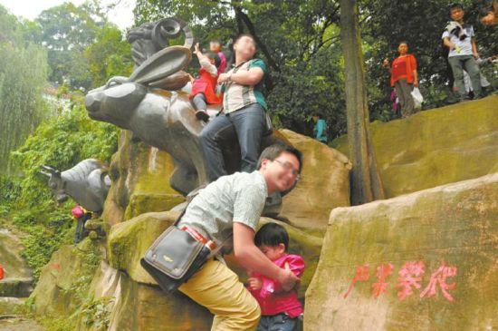 客攀爬生肖铜像