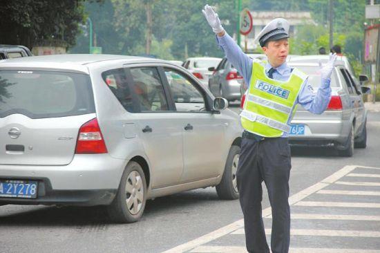 宜宾交警街头相亲。