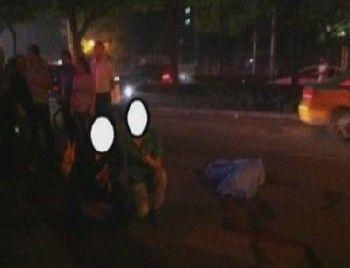 两青年车祸现场与尸体合影 回应称因过生日喝醉