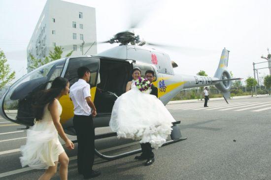 昨日在绵阳市盐亭县,新郎王峻锋用价值2000万的直升机去接他的新娘,随后一对新人乘坐直升机直接降落在酒店门口,赚足眼球。