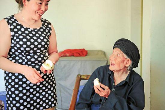 116岁的付素清身体很好,特别爱吃梨子、坚果、回锅肉。