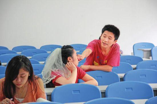 教室内拍俏皮婚纱照回忆大学时光。