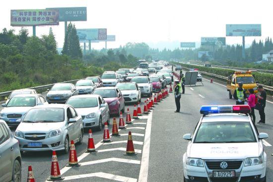 昨日,成雅高速名山附近,交警正在分流车辆