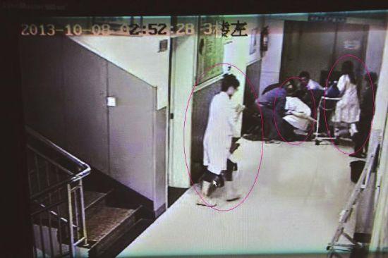 监控视频中显示,当晚有三名医护人员进行救助工作。(医院监控视频截图)
