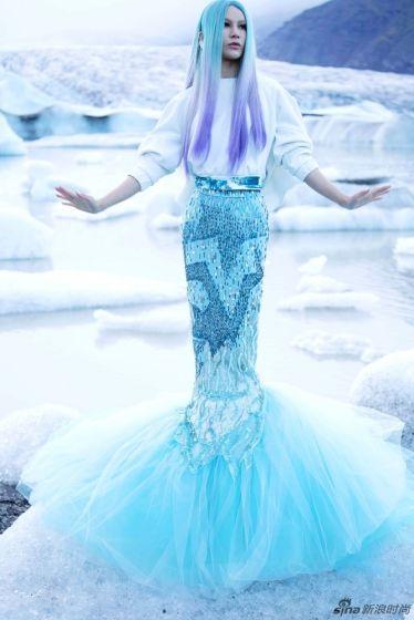 尚雯婕化身为蓝发冰川女神星翼礼服极致闪耀