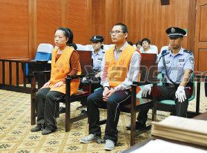 犯罪嫌疑人孟某、闫某在西安市中级人民法院接受公开审判