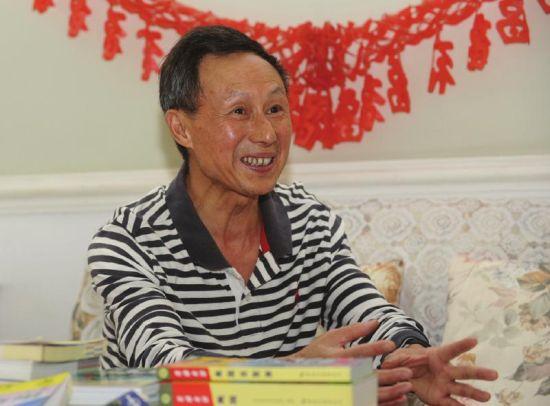 10月10日,穷游老人丁柏青在家中讲述他的穷游攻略