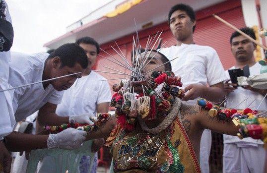 泰国素食节用金属利器穿刺脸颊示虔诚
