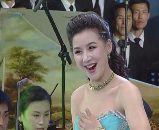 """徐银香 韩国媒体报道,朝鲜领袖金正恩的妻子李雪主,此前为了成为第一夫人曾和一位女演员竞争。但李雪主长得像金日成的夫人,朝鲜最后决定让她成为第一夫人。 韩国《朝鲜日报》23日引述消息人士的话报道,结婚前,金正恩迷恋银河水管弦乐队的徐银香(29岁)。徐银香2006年毕业于平壤金元均音乐大 学后成为""""人民演员""""。她唱歌非常好,性格也开朗,在金正日父子面前表演时即使出现失误也会笑着自嘲。听说金正恩迷上她带有西方特点的容貌。但""""第"""