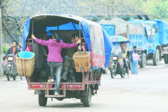 恐龙村村民常乘这种三轮车出行。