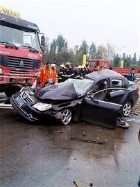 成都大货车撞轿车致3人死亡