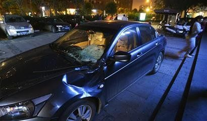 被小孩砸中的汽车