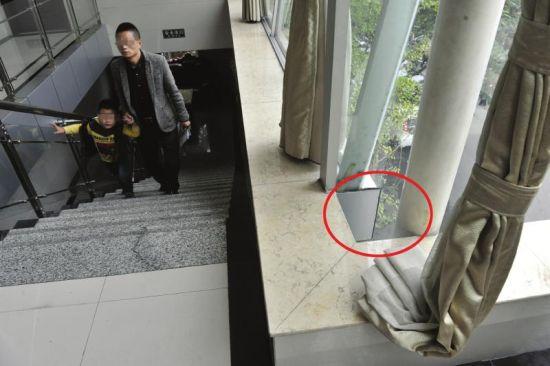 11月3日,成都三圣乡一农家乐,丽丽就是在楼梯拐角处(红圈)掉下去的。