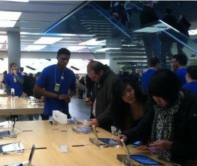"""""""土豪金""""iPhone5S引发华裔抢购。(美国《世界日报》/刘大琪 摄)"""
